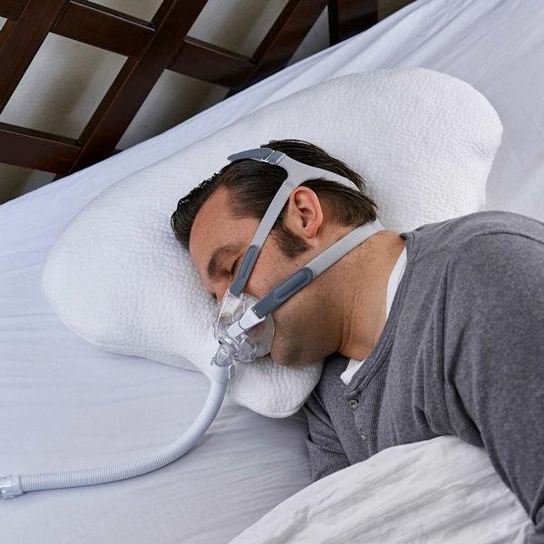 Nachtwächter CPAP und Seitenschläferkissen Lina seitliche Ansicht mit CPAP Maske
